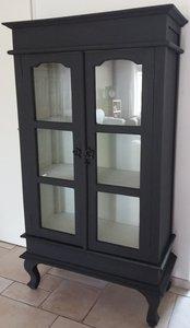 Prachtige kast in Almost Black met glazen deuren